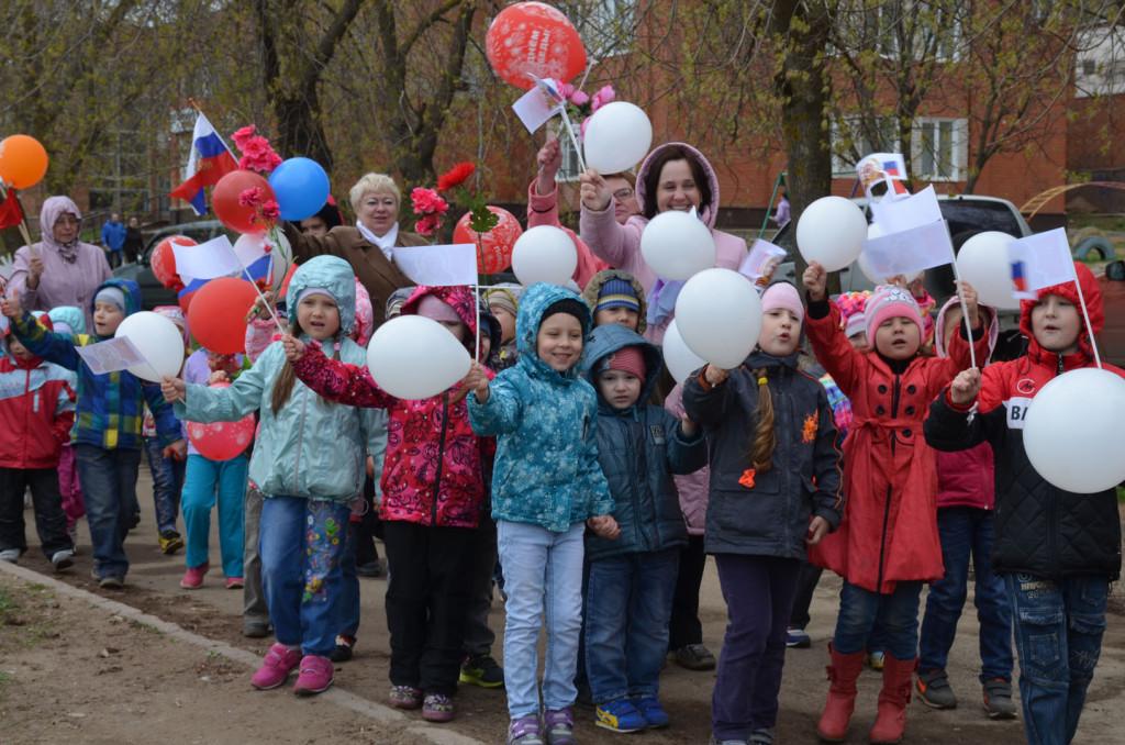 Дети встречают Знамя Победы