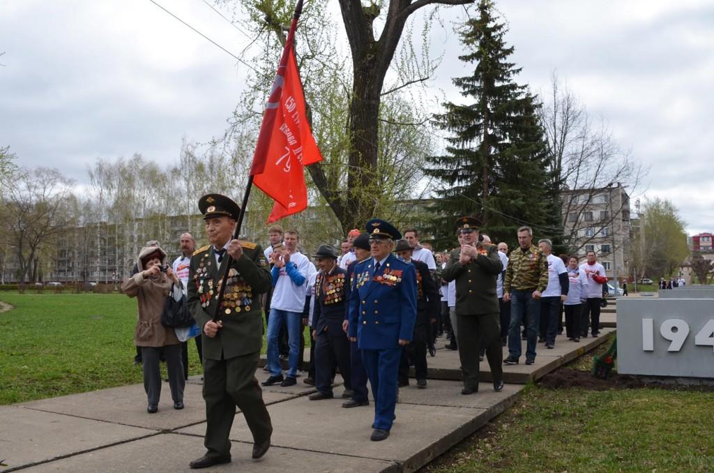 Ветераны с флагом-2